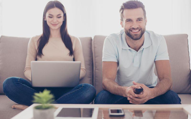 リラックスしてネットショッピングしてる女性と男性