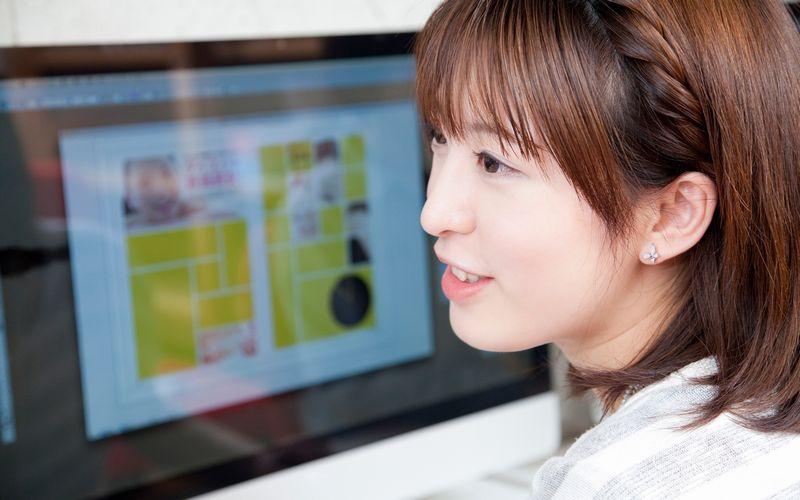 フリーブログを見る女性